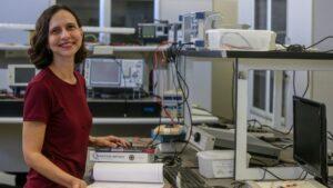 Legenda: A professora da UFC Hilma de Vasconcelos publicou um artigo na revista Science sobre a melhora do transporte de informações em computadores quânticos.